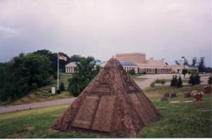 Monumentul de langa mormantul fondatorului Charles Taze Russel are o cruce